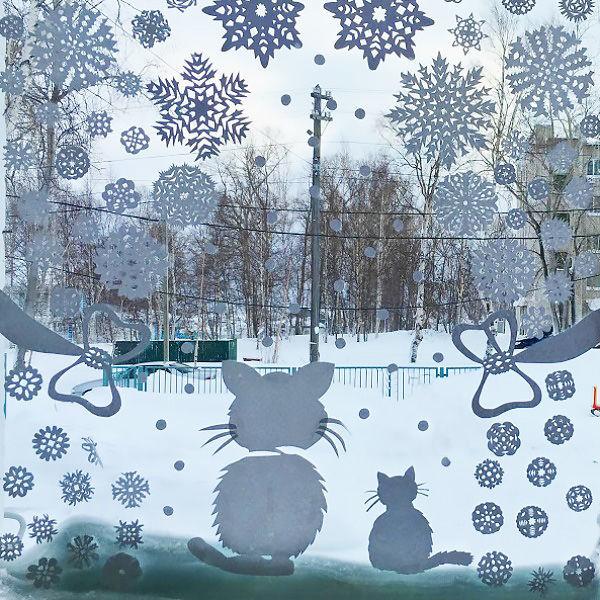 снежинки и фигуры из бумаги для украшения окна своими руками фото